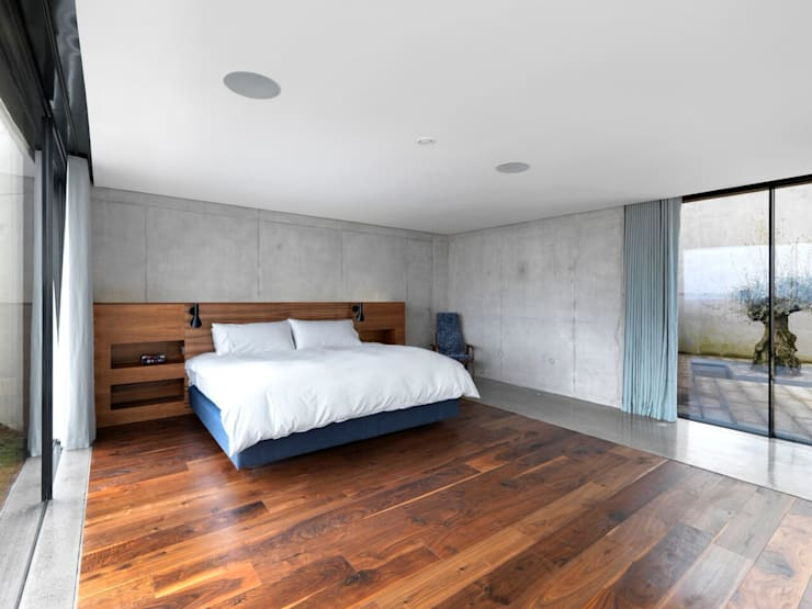 Stormy Castle: minimalistic Bedroom by LOYN+CO ARCHITECTS