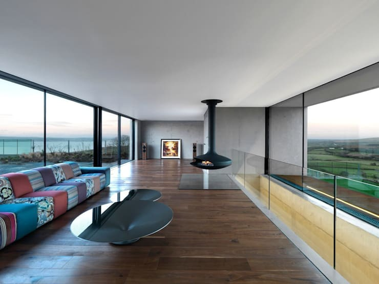 Stormy Castle:  Living room by LOYN+CO ARCHITECTS