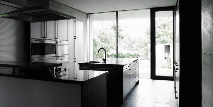 Blick aus der Küche: moderne Küche von dürschinger architekten