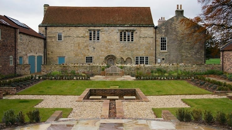 Medieval Barn and Courtyard view:  Houses by Wildblood Macdonald