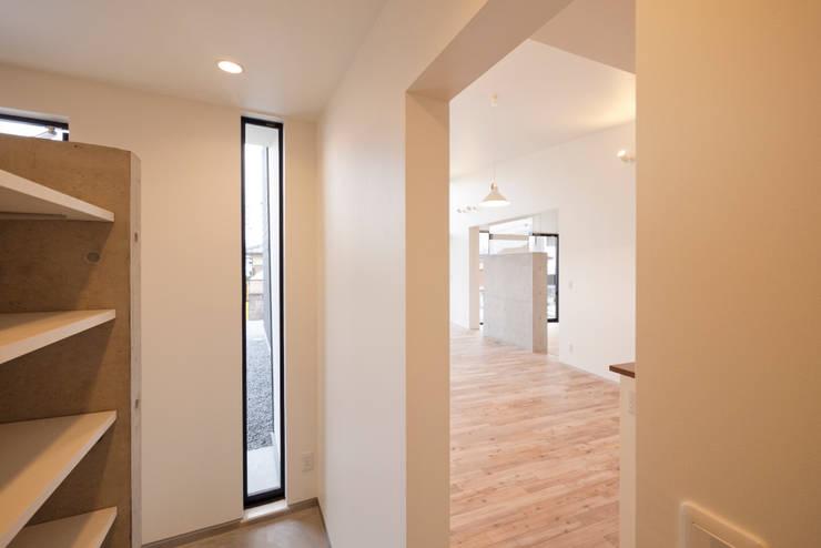 桜ヶ丘の家: 有限会社MuFFが手掛けた廊下 & 玄関です。