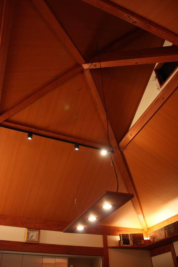 方形の天井: 株式会社一級建築士事務所ジオプラスが手掛けたダイニングです。