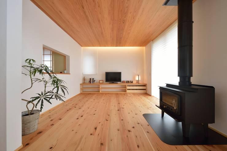 国産杉と珪藻土のリビング: 株式会社北村建築工房が手掛けたリビングルームです。