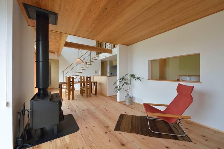 薪ストーブのある暮らし: 株式会社北村建築工房が手掛けたリビングです。