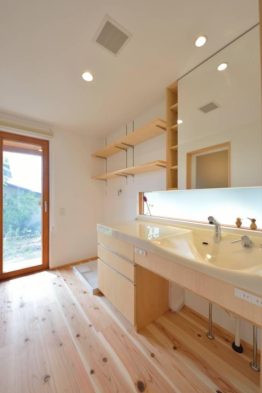 明るい洗面スペース: 株式会社北村建築工房が手掛けた浴室です。