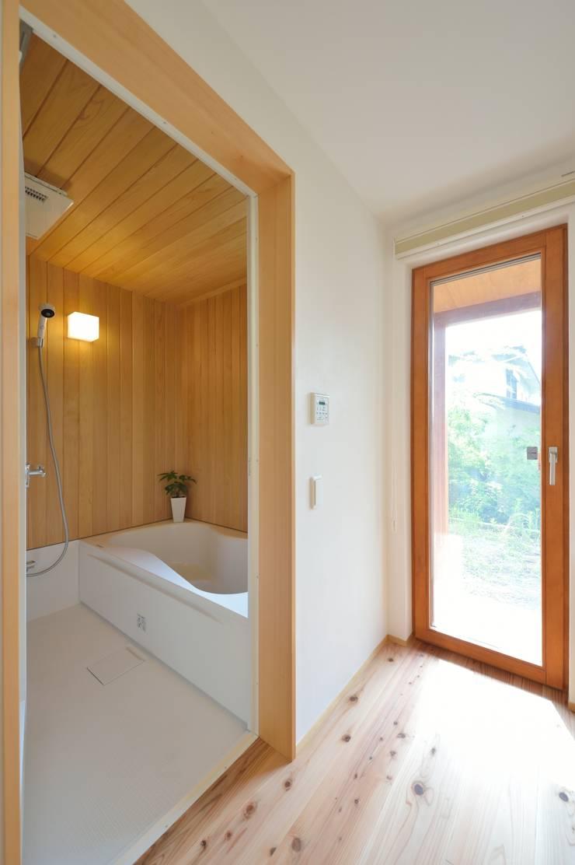 青森ヒバとハーフユニット: 株式会社北村建築工房が手掛けた浴室です。