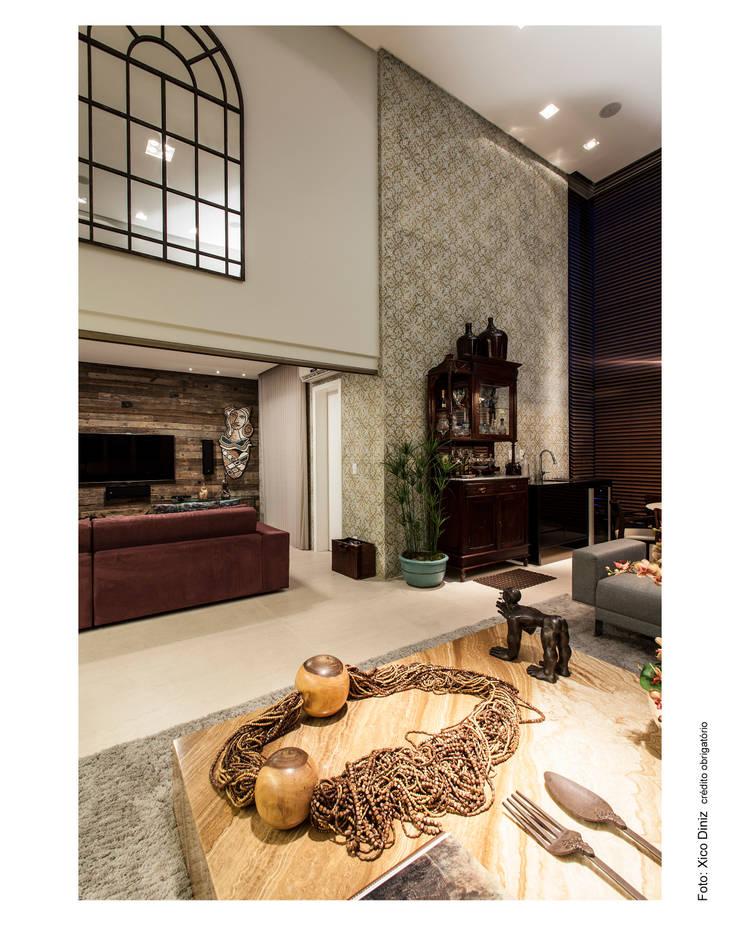 Sala de estar integrando o home theater: Salas multimídia  por Arquitetura 3