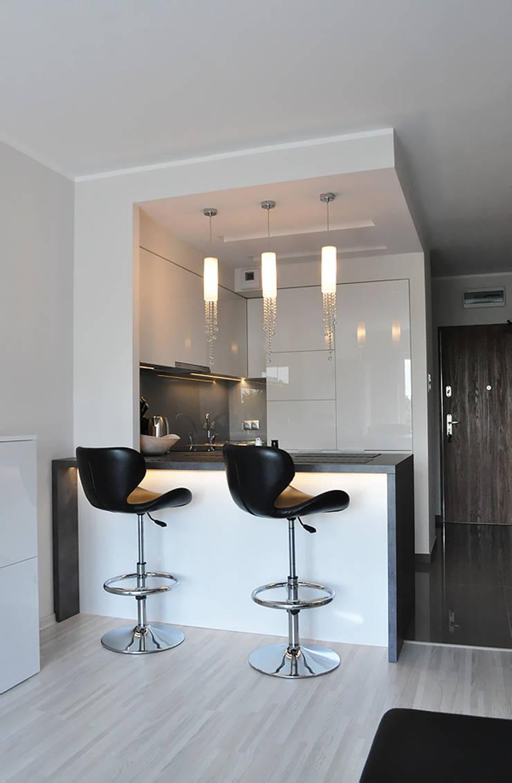 50 m2  DLA KAWALERA: styl , w kategorii Kuchnia zaprojektowany przez Prusakowska Libera,