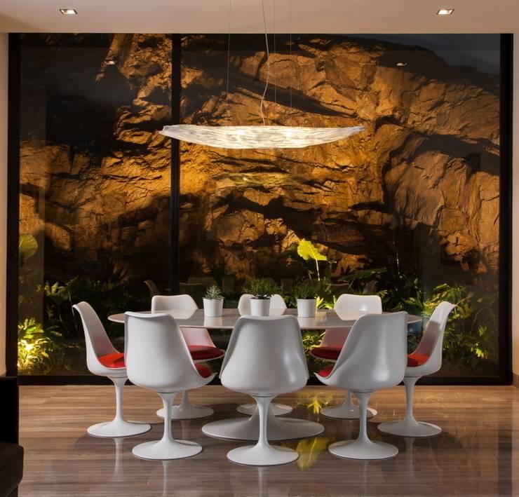 Modern dining room by GLR Arquitectos Modern