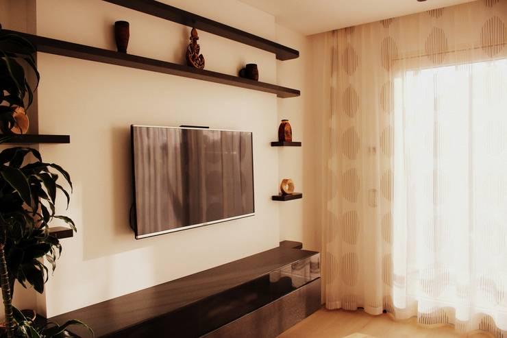 TV-Wand:  Wohnzimmer von wohn & küchenwerkstatt robert greil
