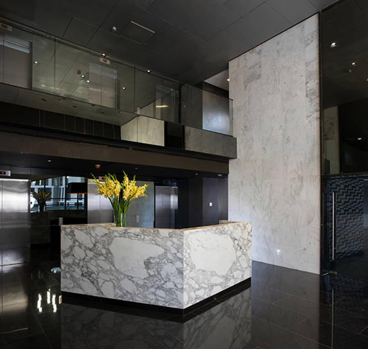 Corridor & hallway by GLR Arquitectos, Modern