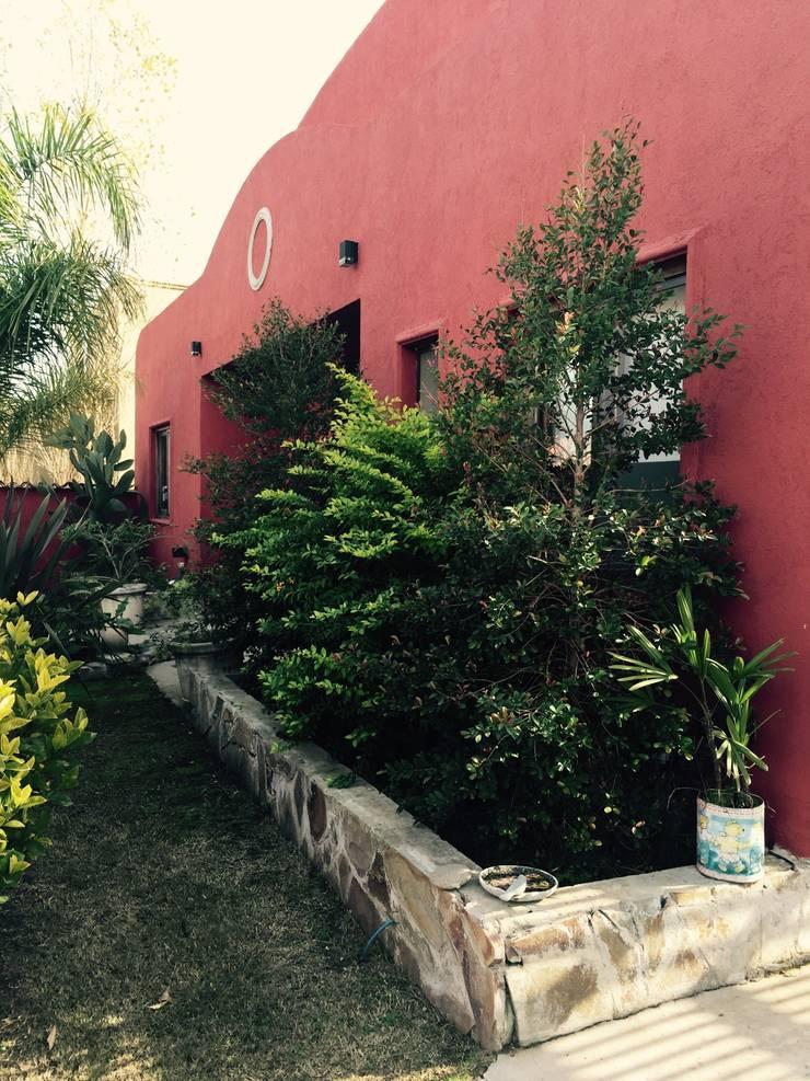 B° Sta Clara, Villanueva, Benavidez: Casas de estilo clásico por NDT Constructores S.A
