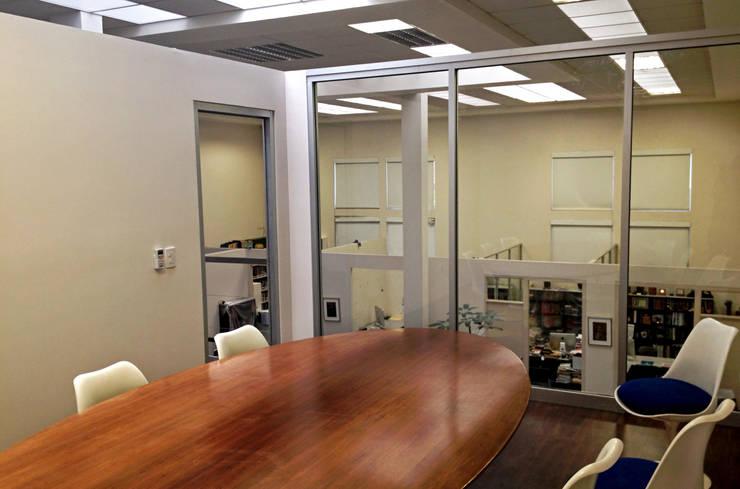 Sala de Juntas : Salas multimedia de estilo  por Visual Concept / Arquitectura y diseño