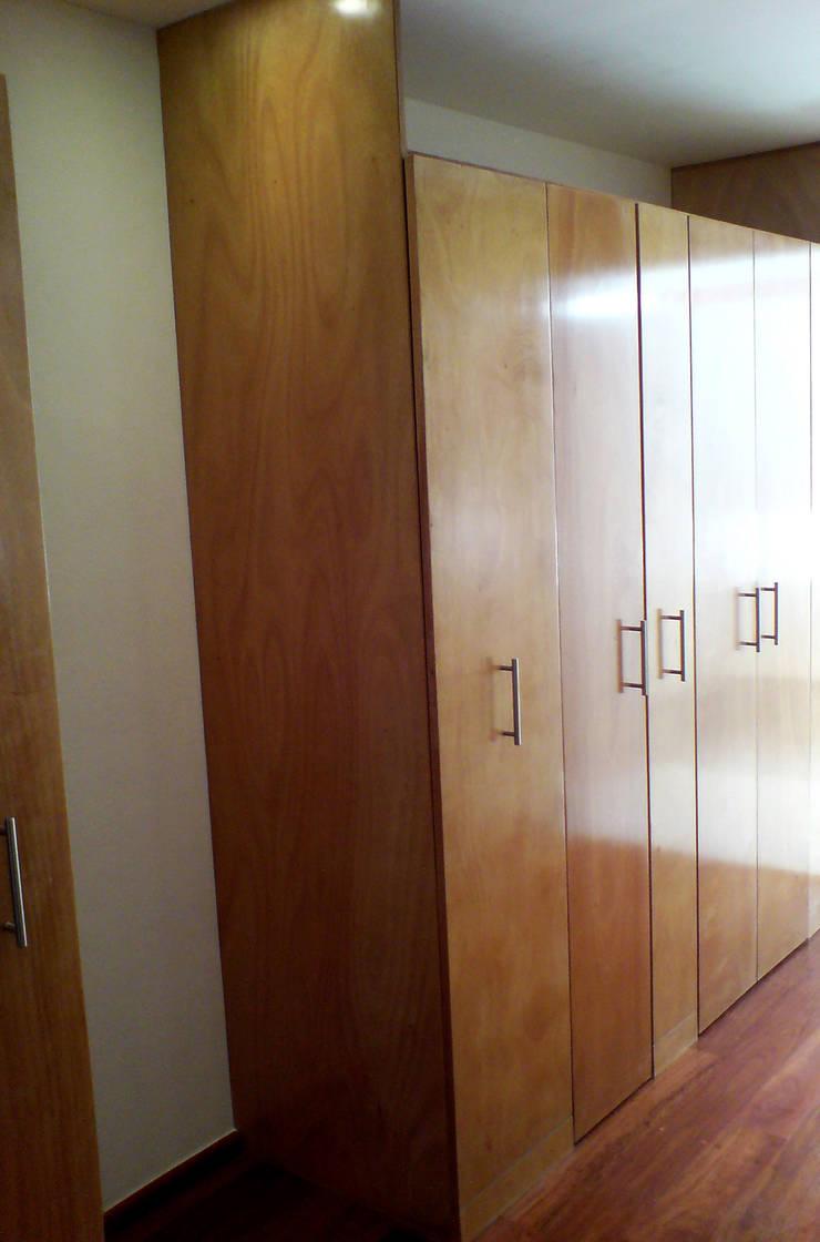 Casa Pedrregal : Vestidores y closets de estilo  por Visual Concept / Arquitectura y diseño