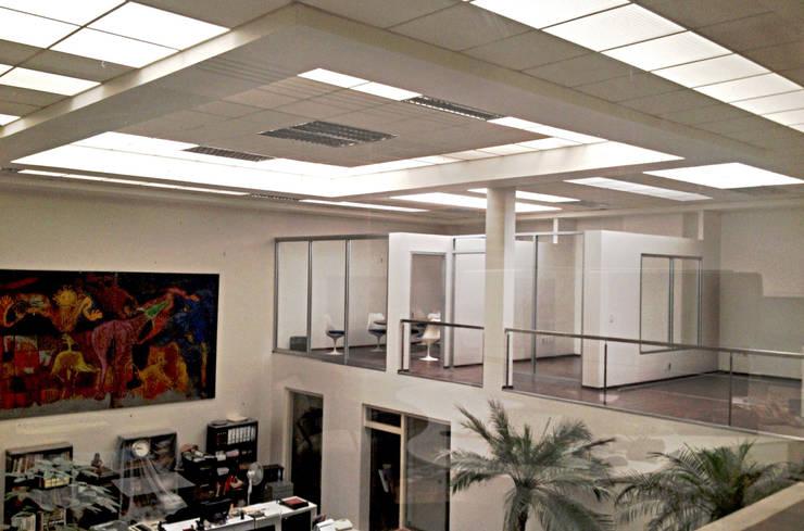 Oficinas Corporativas : Estudios y oficinas de estilo  por Visual Concept / Arquitectura y diseño