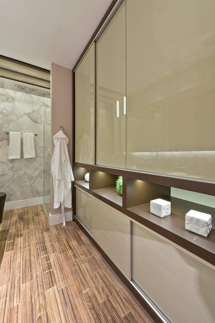Loft de 30m²: Closets modernos por Riskalla & Mueller Arquitetura e Interiores