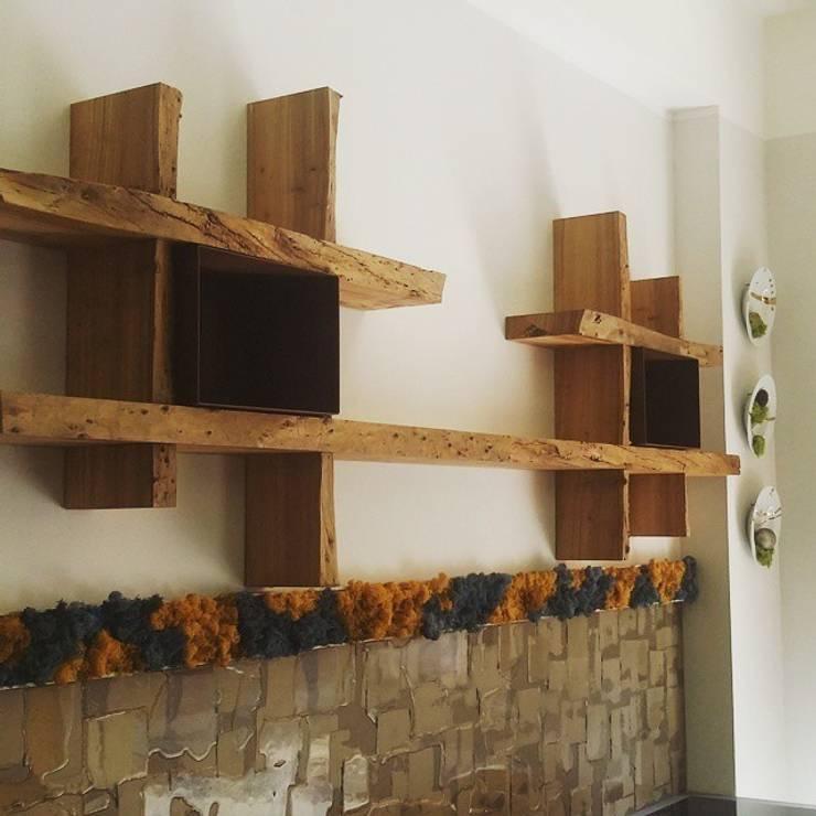 libreria in legno : Cucina in stile in stile Moderno di Aguzzoli Arredamenti