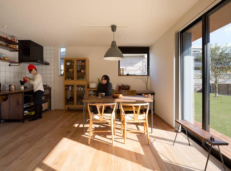 吹抜を囲むスキップフロア住宅: 株式会社プラスディー設計室が手掛けたダイニングです。