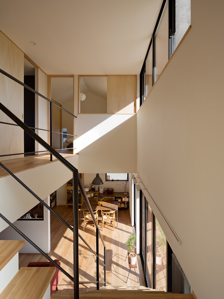 吹抜を囲むスキップフロア住宅: 株式会社プラスディー設計室が手掛けた廊下 & 玄関です。