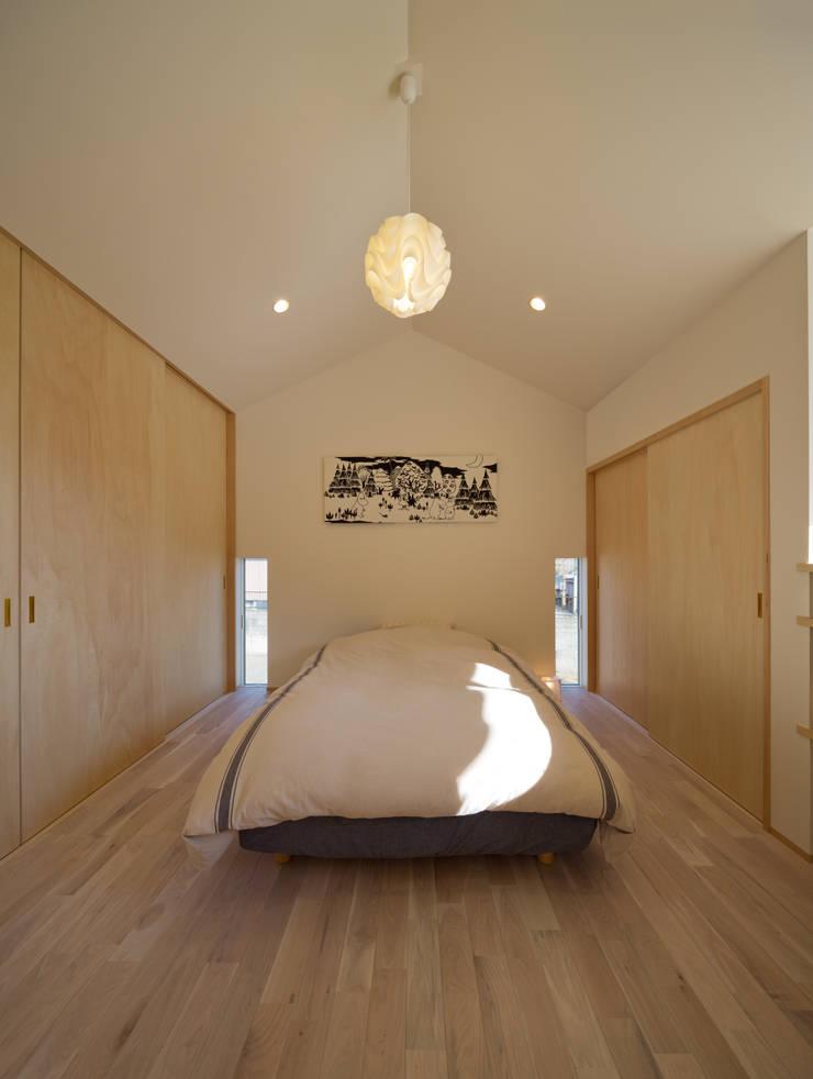 吹抜を囲むスキップフロア住宅: 株式会社プラスディー設計室が手掛けた寝室です。