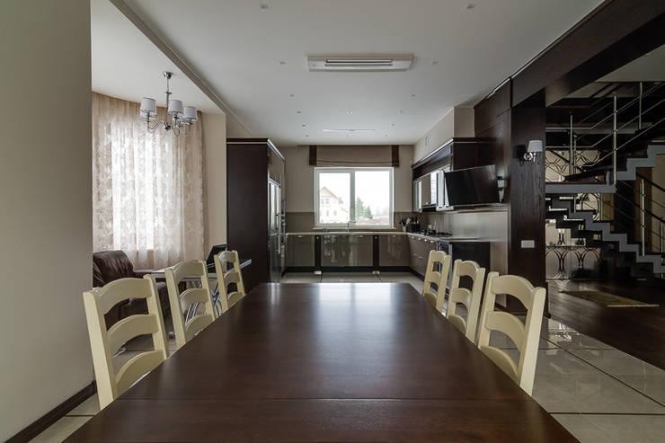коттедж в п.Юкки: Столовые комнаты в . Автор – BASISarchitect.com