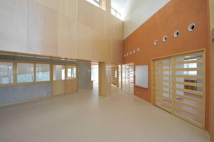 図書室からエントランスホールをみる: 株式会社STN建築工房が手掛けた学校です。