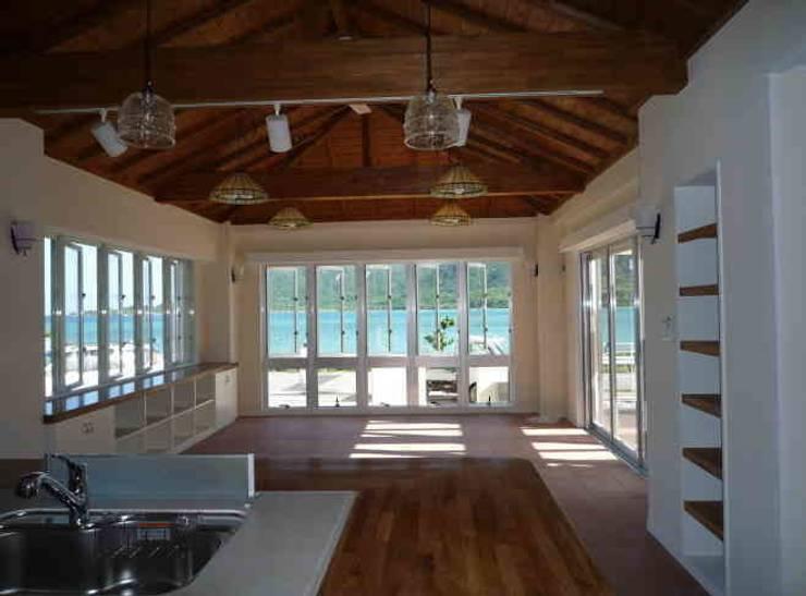琉球赤瓦の家: 船木建築設計事務所が手掛けたリビングです。