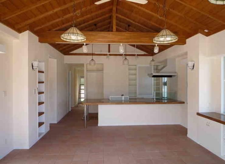 琉球赤瓦の家: 船木建築設計事務所が手掛けたダイニングです。