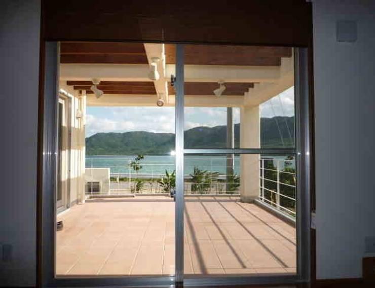 琉球赤瓦の家: 船木建築設計事務所が手掛けたテラス・ベランダです。