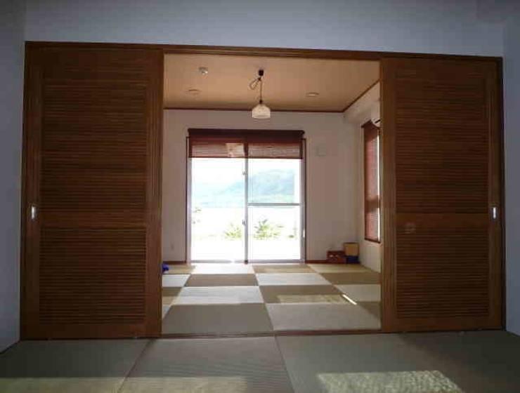 琉球赤瓦の家: 船木建築設計事務所が手掛けた寝室です。