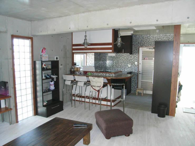 綾道に建つ店舗兼住宅: (株)スペースデザイン設計(一級建築士事務所)が手掛けたキッチンです。