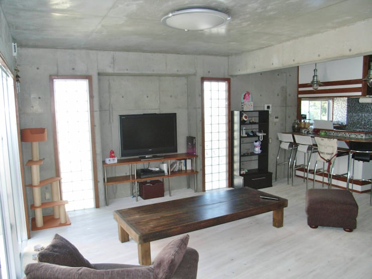 綾道に建つ店舗兼住宅: (株)スペースデザイン設計(一級建築士事務所)が手掛けたリビングです。