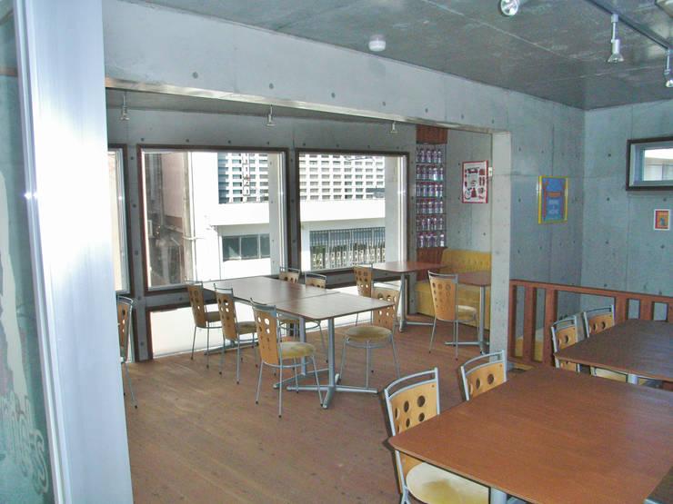 綾道に建つ店舗兼住宅: (株)スペースデザイン設計(一級建築士事務所)が手掛けたオフィススペース&店です。