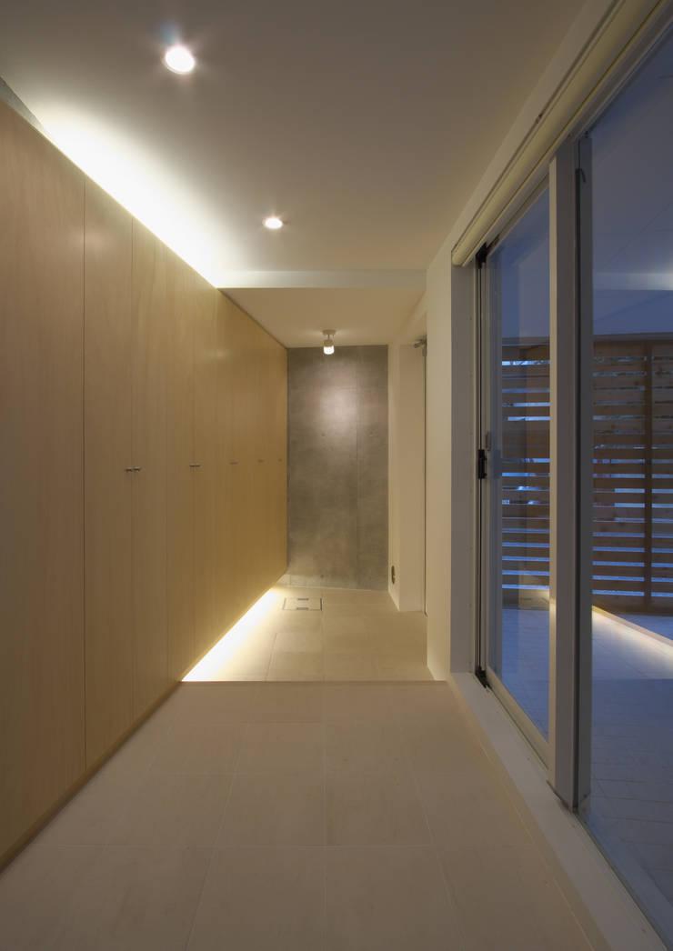 世田谷区O邸: 株式会社STN建築工房が手掛けた廊下 & 玄関です。