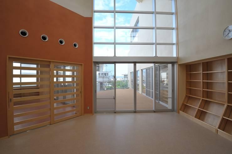 図書室: 株式会社STN建築工房が手掛けた学校です。