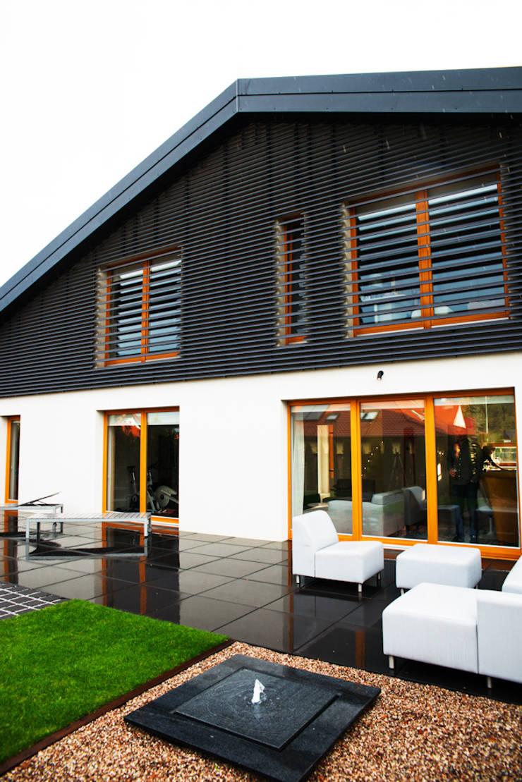 elewacja ogrodowa: styl , w kategorii Domy zaprojektowany przez if architektura
