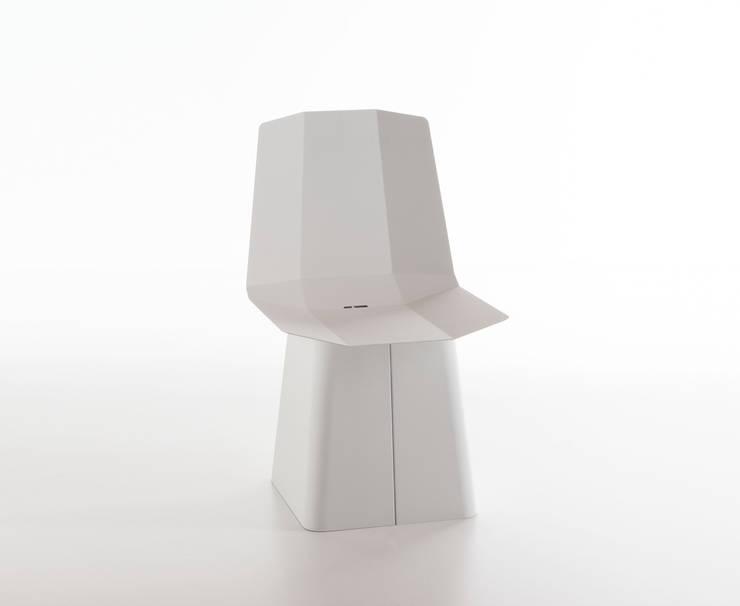 Linito Chair -  white: Yu Ito Designが手掛けたバルコニー&ベランダ&テラスです。