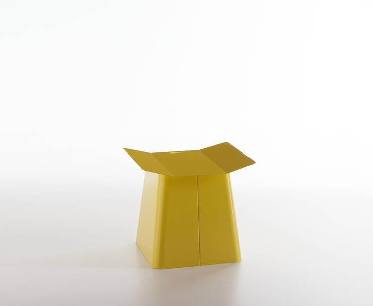 Linito Stool -  zinc yellow: Yu Ito Designが手掛けたバルコニー&ベランダ&テラスです。