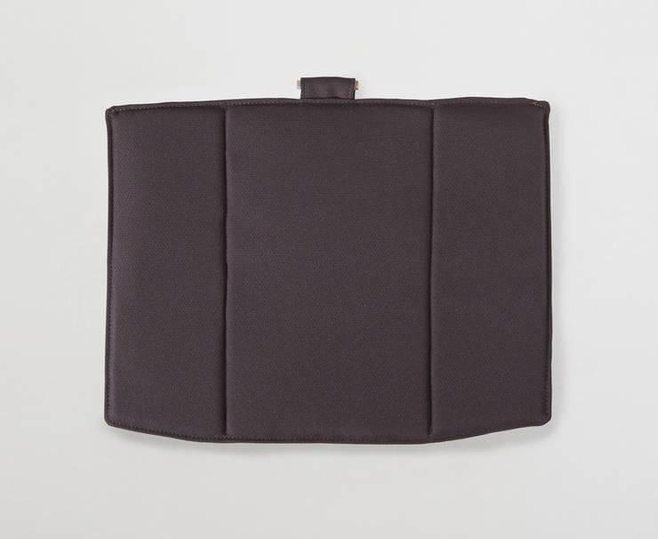 Linito Cushion -  brown: Yu Ito Designが手掛けたバルコニー&ベランダ&テラスです。