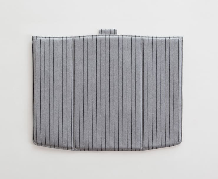 Linito Cushion -  grey: Yu Ito Designが手掛けたバルコニー&ベランダ&テラスです。