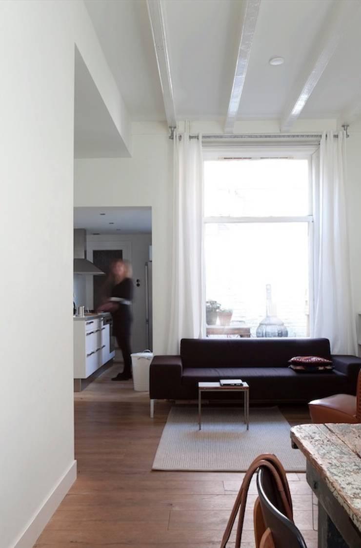 Woonkamer, doorkijk keuken en binnenplaats :  Woonkamer door ontwerpplek, interieurarchitectuur, Modern