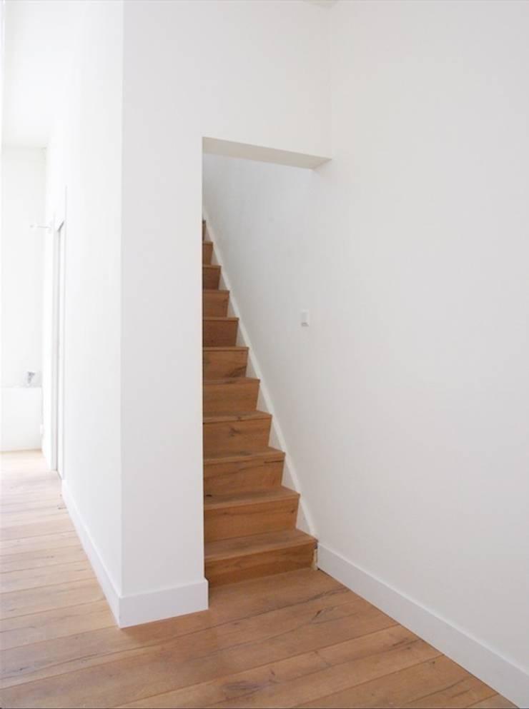 Woonkamer met zicht naar de trap:  Gang en hal door ontwerpplek, interieurarchitectuur, Modern