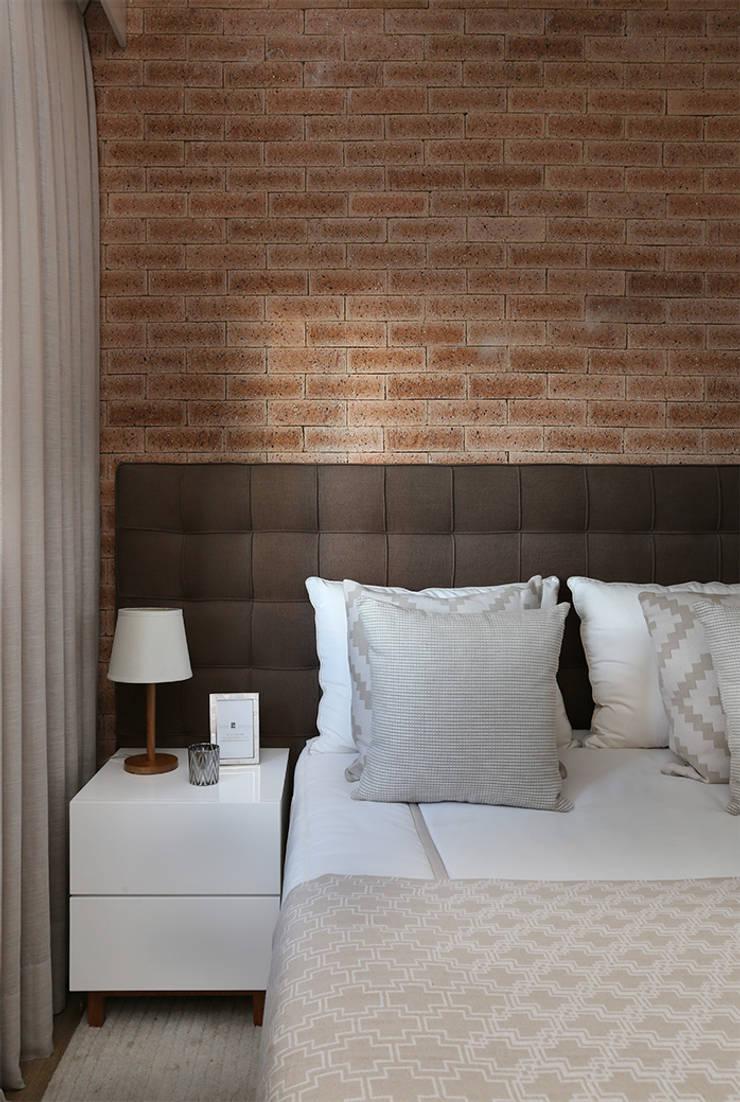 Chambre moderne par SESSO & DALANEZI Moderne Briques