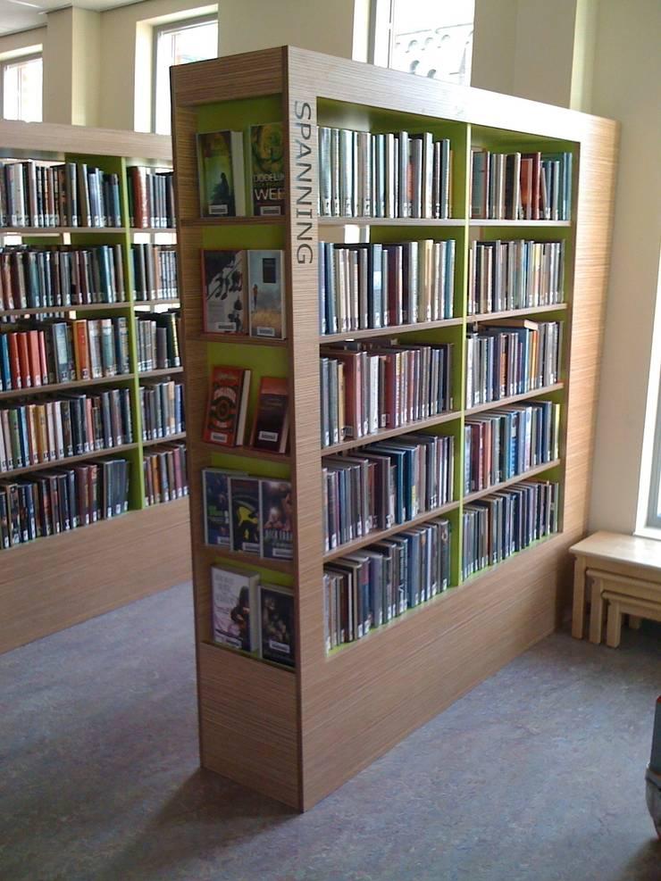 schuine gevel boekenkast:  Exhibitieruimten door Delgadodesign, Modern