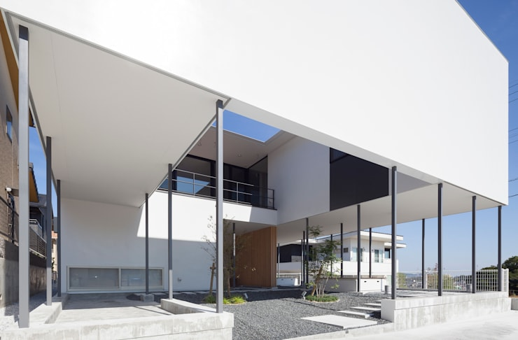 宅地のなかにある開放的な住宅: 松本匡弘建築設計事務所が手掛けた家です。