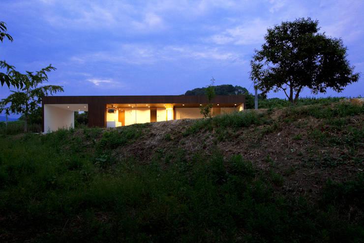 山のなかの灯りになる住宅: 松本匡弘建築設計事務所が手掛けた家です。