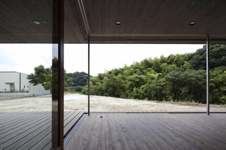 緑が広がるリビングダイニング: 松本匡弘建築設計事務所が手掛けたリビングです。