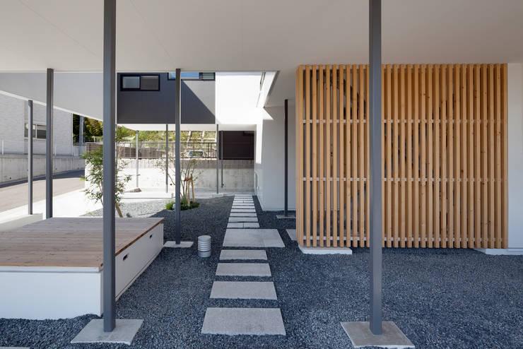 日陰にもなり、日向ぼっこもできたり、風を感じたりできる場所: 松本匡弘建築設計事務所が手掛けた庭です。