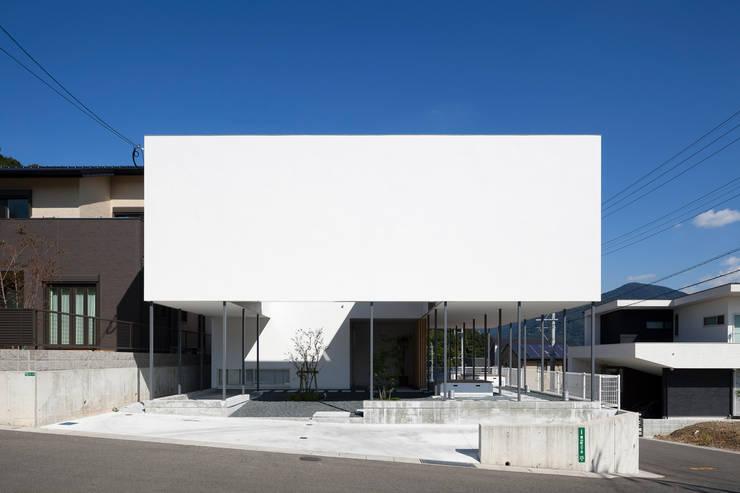 周辺の環境を見渡しやすい建築形態: 松本匡弘建築設計事務所が手掛けた家です。