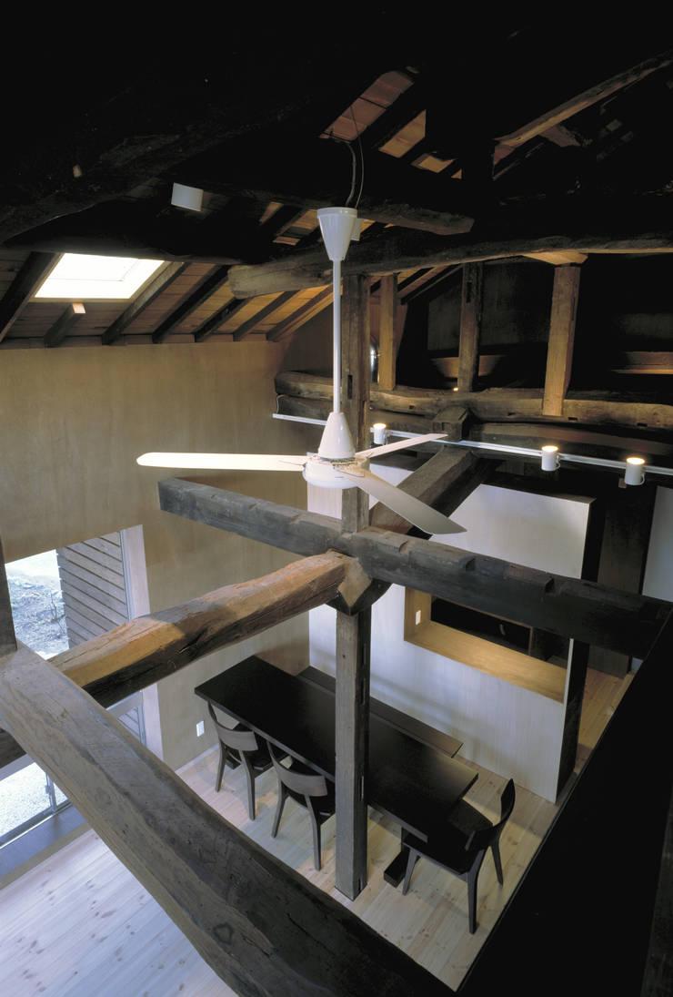 二軒屋の家: 松本匡弘建築設計事務所が手掛けたリビングです。